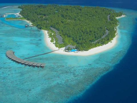 Один из атоллов многих Мальдив и отель на нем