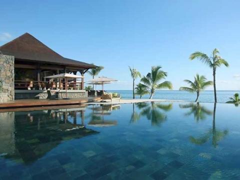 Панорамный бассейн с отличным видом на океан отеля LUX* Le Morne