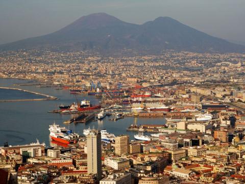 Яркий колоритный город у моря Неаполь