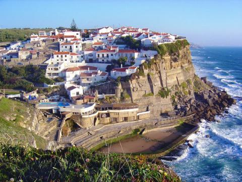 В Португалии очень много красивых построек на побережье океана