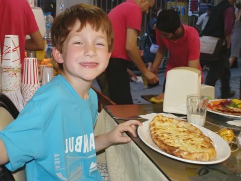Ребенок в турецком отеле - весе включено :))