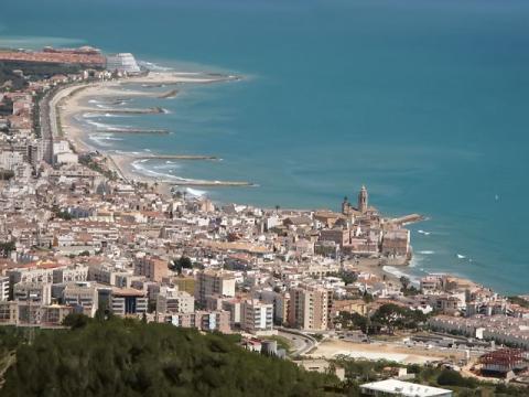 Вид на испанский курорт Ситжес возле Барселоны