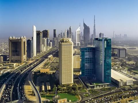 Вид на Всемирный торговый центр в Дубае на фоне панорамы города