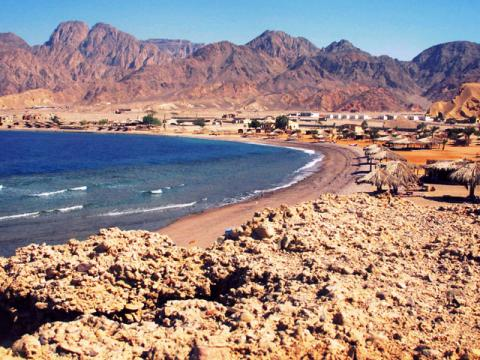 Берег моря и горы, довольно типичное сочетание на курортах Египта