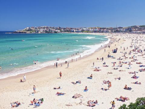 Немноголюдный пляж на берегу моря во Франции