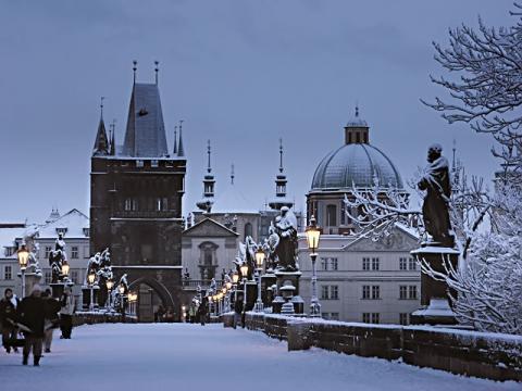Сколько же романтики в прогулках по зимним улочкам Праги