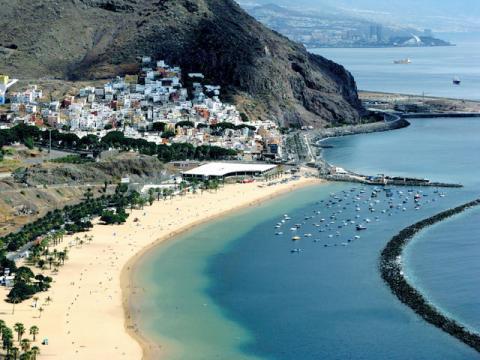 Вид на маленький городок и пляж на Канарских островах