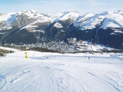 Катание на лыжах с видом на Швейцарский горнолыжный курорт Давос