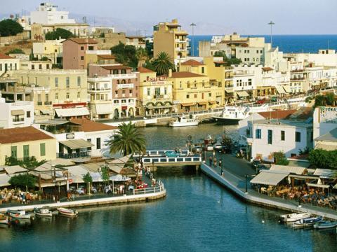 Крит с радостью встречает туристов