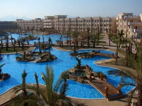 В некоторых отелях Египта так много бассейнов, что некоторые туристы даже не ходят к морю