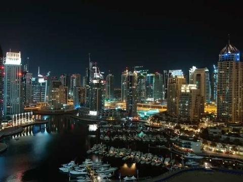 Ночью Эмират Дубаи это мир будущего, на который стоит посмотреть.
