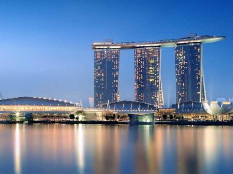 Отель с кораблем на крыше расположенный в Сингапуре