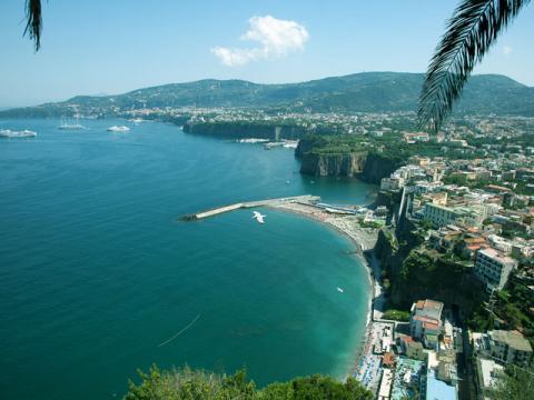 Панорамный вид на Сорренто со стороны моря