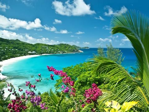 Очень известный и популярный пляж острова Маэ - Бел Омбре