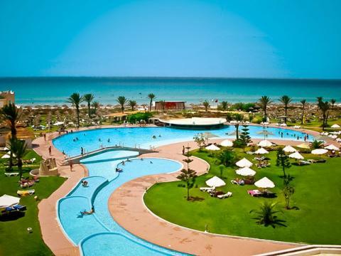 Отель с бассейном пляжем в Тунисе