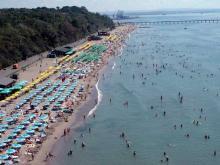 На пляжах Болгарии достаточно многолюдно
